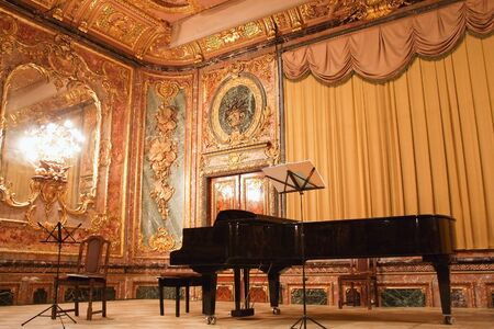 piano: Concertvleugel in de Polovtsov huis - Architect's huis, Sint-Petersburg, Rusland Redactioneel