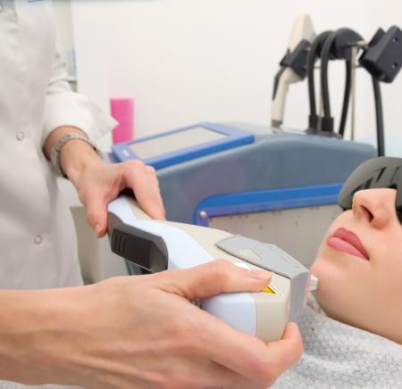 salon beaut�: L'�pilation au laser dans le studio professionnel de la beaut�. salon de beaut� Banque d'images