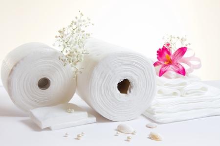 papel higienico: Spa accesorios: sábanas y toallas blancas sobre fondo blanco