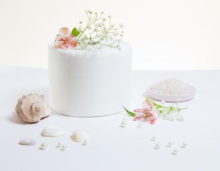 tejido: Rollo de papel higi�nico con flores naturales y conchas marinas