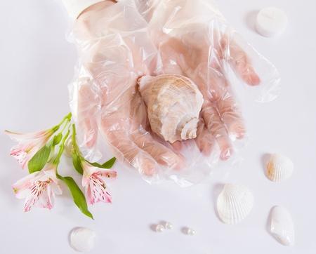 Blancos guantes protectores transparentes de un solo uso. Vista superior