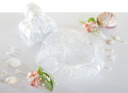 Spa accessories - disposable shower cap and flowers Standard-Bild
