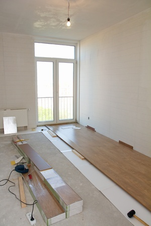 Empty room with laminate flooring and tools Standard-Bild