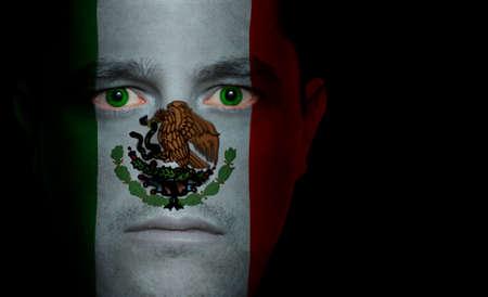 bandera de mexico: Bandera mexicana pintados  proyecta sobre un hombre de la cara.