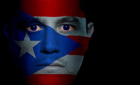 bandera de puerto rico: Puerto Rico bandera pintada  proyecta sobre un hombre de la cara.  Foto de archivo