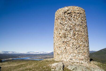Atalaya de El Berrueco is een verdediging Moorse toren uit de 10e eeuw, gelegen in de buurt van El Berrueco in de Gemeenschap van Madrid, Spanje. Stockfoto - 732833