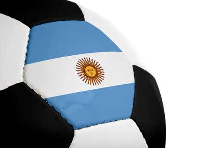 Argentijnse vlag geschilderdgeprojecteerd op een voet bal (voet bal).  Geïsoleerd op een witte achtergrond. Stockfoto