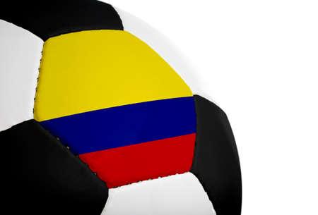 Bandera de Colombia pintada / proyecta sobre un campo de f�tbol (bal�n de f�tbol). Aislada en un fondo blanco.  Foto de archivo - 1647800
