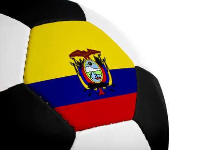 Ecuadorian vlag op een voet bal (voet bal) geschilderdgeprojecteerd.  Geïsoleerd op een witte achtergrond.