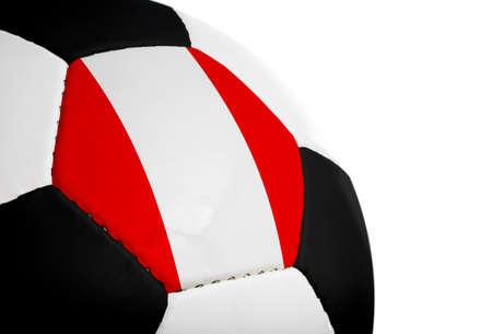 Peruaanse vlag geschilderd  geprojecteerd op een voetbal (voetbal). Geïsoleerd op een witte achtergrond.