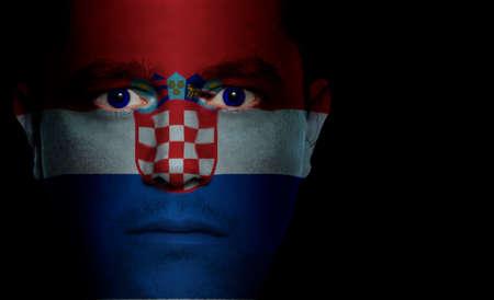 bandera croacia: Bandera croata pintado  proyecta sobre el rostro de un hombre.