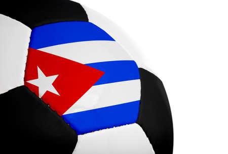 Cubaanse vlag geschilderd  geprojecteerd op een voetbal (voetbal). Geïsoleerd op een witte achtergrond.