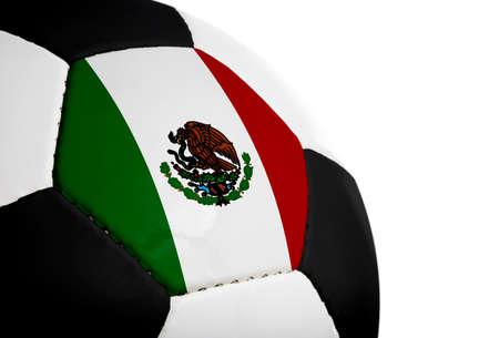 Mexicaanse vlag geschilderdgeprojecteerd op een voet bal (voet bal). Geïsoleerd op een witte achtergrond.  Stockfoto