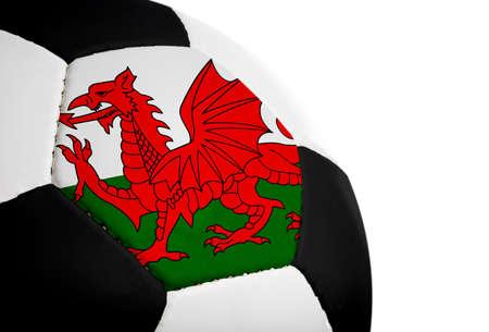 Welsh vlag geschilderdgeprojecteerd op een voetbal (voetbal).  Geïsoleerd op een witte achtergrond.
