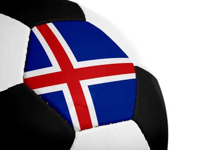 IJslandse vlag geschilderd  geprojecteerd op een voetbal (soccer ball). Geïsoleerd op een witte achtergrond. Stockfoto