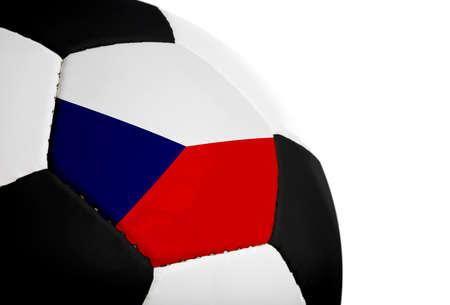 Tsjechische vlag geschilderdgeprojecteerd op een voetbal (voetbal).  Geïsoleerd op een witte achtergrond.