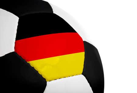 Duitse vlag op een voet bal (voet bal) geschilderdgeprojecteerd.  Geïsoleerd op een witte achtergrond.