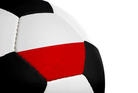 Poolse vlag geschilderd  geprojecteerd op een voetbal (voetbal). Geïsoleerd op een witte achtergrond.