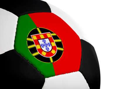 Portugese vlag geschilderdgeprojecteerd op een voetbal (voetbal).  Geïsoleerd op een witte achtergrond.