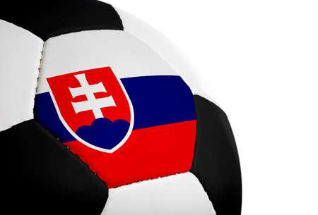 Slowaakse vlag geschilderdgeprojecteerd op een voetbal (voetbal).  Geïsoleerd op een witte achtergrond. Stockfoto