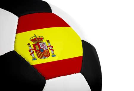 Spaanse vlag geschilderdgeprojecteerd op een voet bal (voet bal). Geïsoleerd op een witte achtergrond.