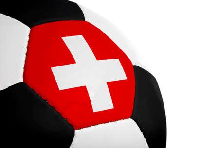 Zwitserse vlag geschilderdgeprojecteerd op een voet bal (voet bal). Geïsoleerd op een witte achtergrond.