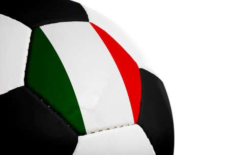 Italiaanse vlag op een voet bal (voet bal) geschilderdgeprojecteerd.  Geïsoleerd op een witte achtergrond.