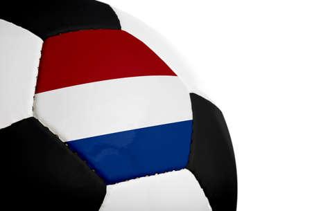 Nederlandse vlag geschilderd  geprojecteerd op een voetbal (voetbal). Geïsoleerd op een witte achtergrond.