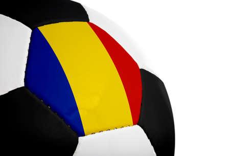 Roemeense vlag geschilderdgeprojecteerd op een voet bal (voet bal). Geïsoleerd op een witte achtergrond.