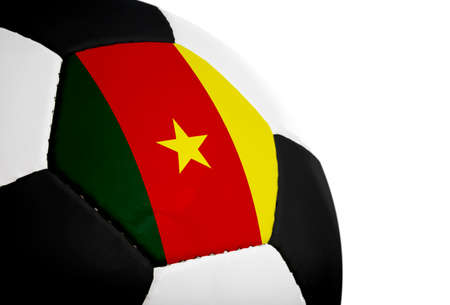 Kameroense vlag geschilderd  geprojecteerd op een voetbal (voetbal). Geïsoleerd op een witte achtergrond.