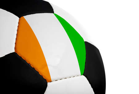 Ivoriaans vlag geschilderdgeprojecteerd op een voet bal (voet bal). Geïsoleerd op een witte achtergrond.  Stockfoto