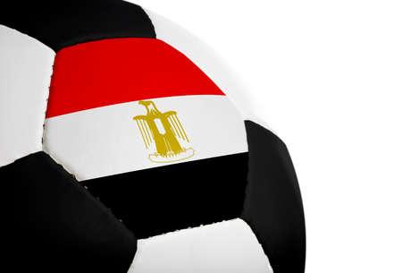 Egyptische vlag geschilderd  geprojecteerd op een voetbal (soccer ball). Geïsoleerd op een witte achtergrond.
