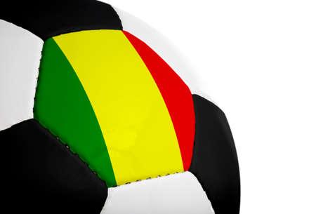 Malinese vlag geschilderdgeprojecteerd op een voetbal (voetbal).  Geïsoleerd op een witte achtergrond.