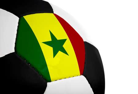 Senegalese vlag geschilderd  geprojecteerd op een voetbal (soccer ball). Geïsoleerd op een witte achtergrond.