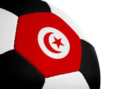 Tunesische vlag geschilderdgeprojecteerd op een voet bal (voet bal). Geïsoleerd op een witte achtergrond.