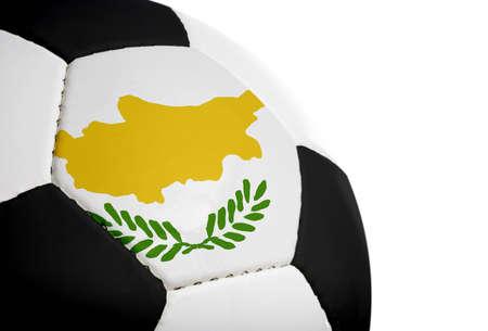 Cypriotische vlag geschilderdgeprojecteerd op een voetbal (voetbal).  Geïsoleerd op een witte achtergrond.
