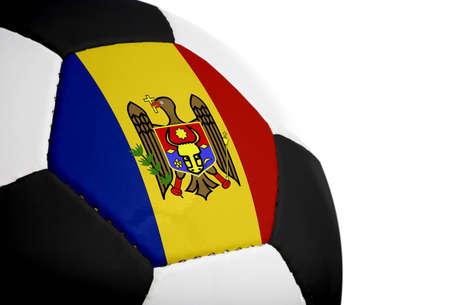 Moldavische vlag geschilderdgeprojecteerd op een voetbal (voetbal).  Geïsoleerd op een witte achtergrond. Stockfoto