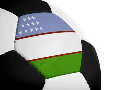 Oezbeekse vlag geschilderdgeprojecteerd op een voet bal (voet bal). Geïsoleerd op een witte achtergrond.