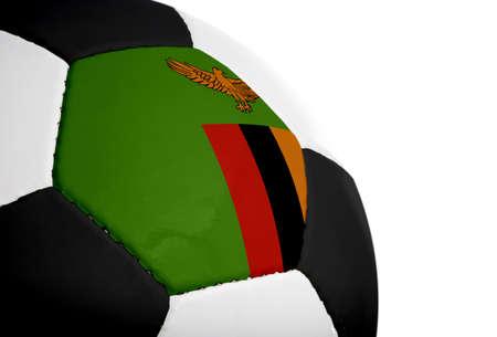 Zambiaanse vlag geschilderd  geprojecteerd op een voetbal (voetbal). Geïsoleerd op een witte achtergrond.