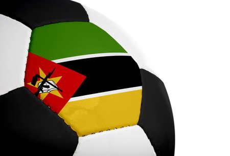 Mozambikaanse vlag geschilderdgeprojecteerd op een voet bal (voet bal). Geïsoleerd op een witte achtergrond.