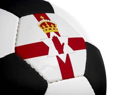 Noordelijke Ierse vlag geschilderdgeprojecteerd op een voetbal (voetbal).  Geïsoleerd op een witte achtergrond.