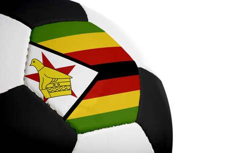 Zimbabwaanse vlag op een voet bal (voet bal) geschilderdgeprojecteerd.  Geïsoleerd op een witte achtergrond. Stockfoto