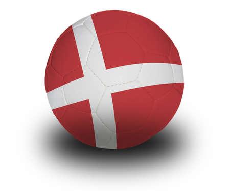 Voet bal (voet bal), is voorzien van de Deense vlag met schaduw op een witte achtergrond.  Stockfoto