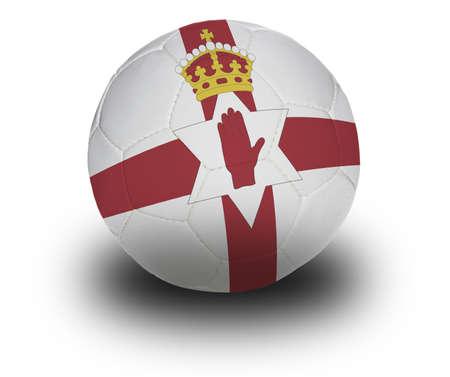 Voetbal (voetbal) bedekt met de Noord-Ierse vlag met schaduw op een witte achtergrond.