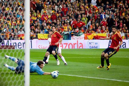 마드리드 - 3 월. 28, 2009 : 터키 선수 Nihat Kahveci의 슛은 스페인 월드컵 예선에서 터키를 1-0으로 물리 치고 상반기 동안 골대를 가로 지른다.