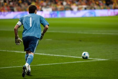 MADRID - MAR. 28, 2009: Spain's Iker Casillas prepares a goal kick during the first half of their 1-0 victory over Turkey in their World Cup Qualifier. 에디토리얼