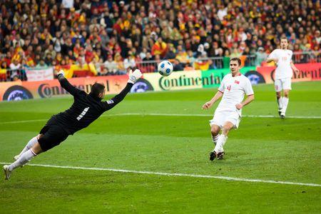 마드리드 - 3 월. 2009 년 8 월 28 일 : 터키 선수 Volkan Demirel 그들의 월드컵 한정자에서 터키를 통해 스페인의 1-0 승리의 후반 동안 총을 parries.