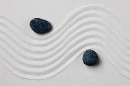일본 장식 또는 선 가든 흰색 레이크 모래에 두 개의 돌의 근접.