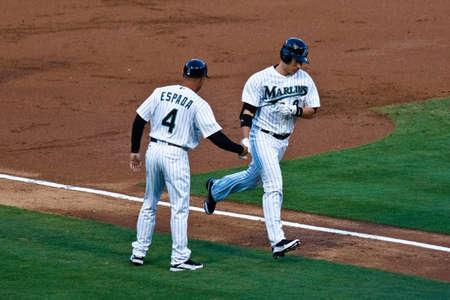 chris: MIAMI, FL USA - APR. 22: Jardinero marlin Chris Coghlan redondea las bases despu�s de golpear un cuadrangular principal fuera en la primera entrada del juego Rockies de Colorado frente a Marlins de Florida el 22 de abril de 2011 en Miami, Florida.