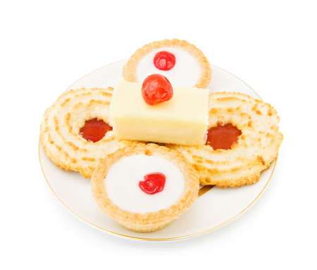 jam biscuits: Biscotti di cocco e marmellata con una fetta di torta e ciliegia sulla parte superiore. Isolato su sfondo bianco.  Archivio Fotografico